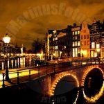 Amsterdam centrum in de nacht met zijn luchtig op de grachten