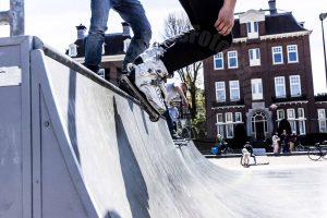 Inline skate in het centrum van Amsterdam op het Museumplein bij het Rijksmuseum