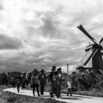 Mensen bezoeken de Zaanse Schaans in de Zaanstreek