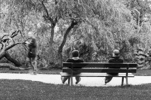 Twee mannen zitten op een bank in het Sarphatipark in Amsterdam