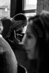 In een cafe / koffiebar in Brooklyn werkt een man