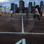 Brooklyn, New York City in Amerika waar ze de sport basketbal buiten doen