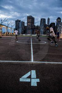 Brooklyn, New York City in Amerika waar ze de sport basketbal buiten doen