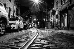 Brooklyn, New York City in Amerika in de nacht met een trambaan