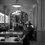 Mensen in de Apple store in Amsterdam centrum aan het Leidseplein