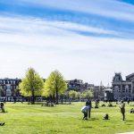 Museumplein in Amsterdam met uitzicht op het Concertgebouw