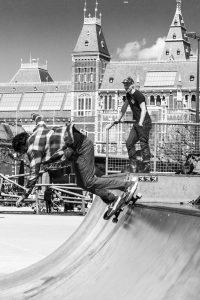 Skateboarden in het centrum van Amsterdam op het Museumplein bij het Rijksmuseum