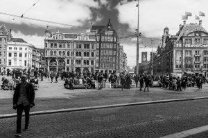 Mensen op de Dam in het centrum van Amsterdam