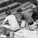 Drie mannen zitten in het Vondelpark in Amsterdam